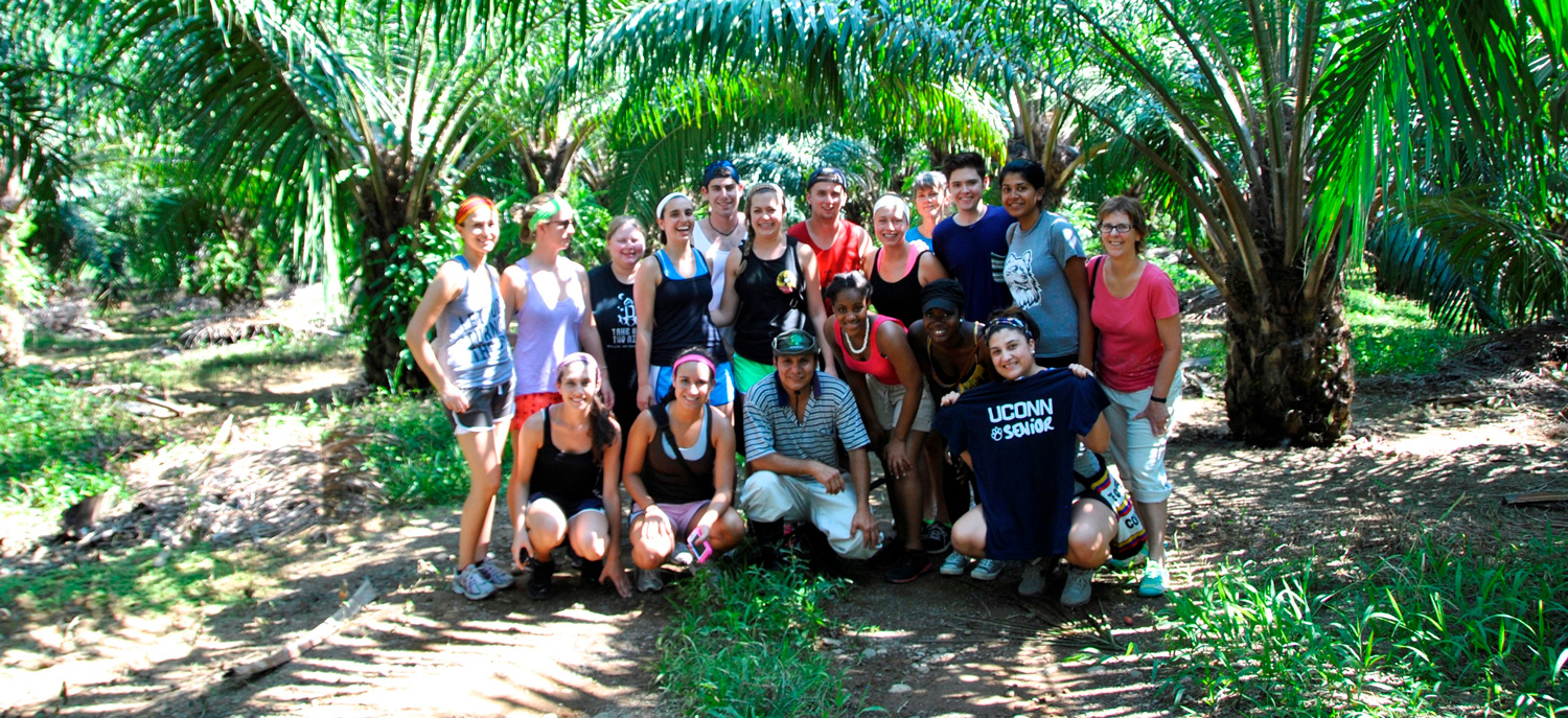 group of study abroad students in Costa Rico